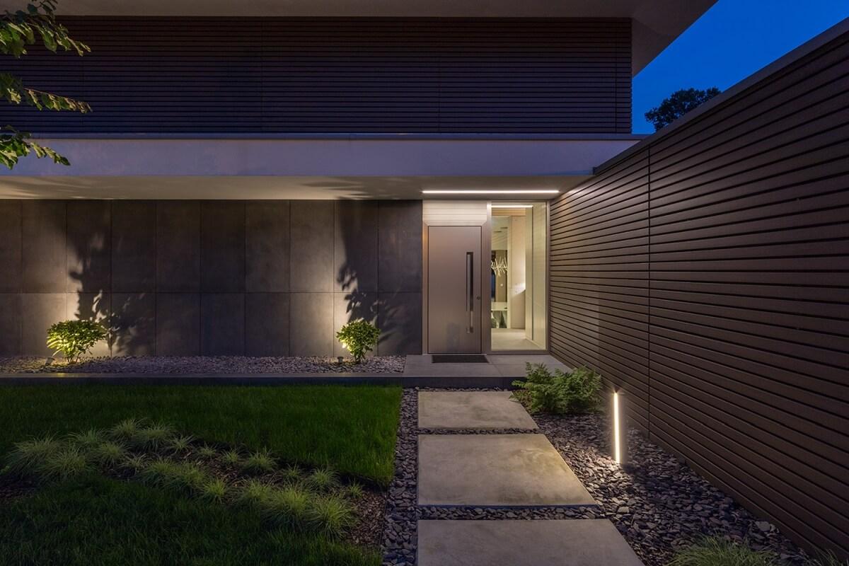 A bejárati ajtót könnyű megtalálni sötétedés után is a jól megtervezett fényeknek köszönhetően