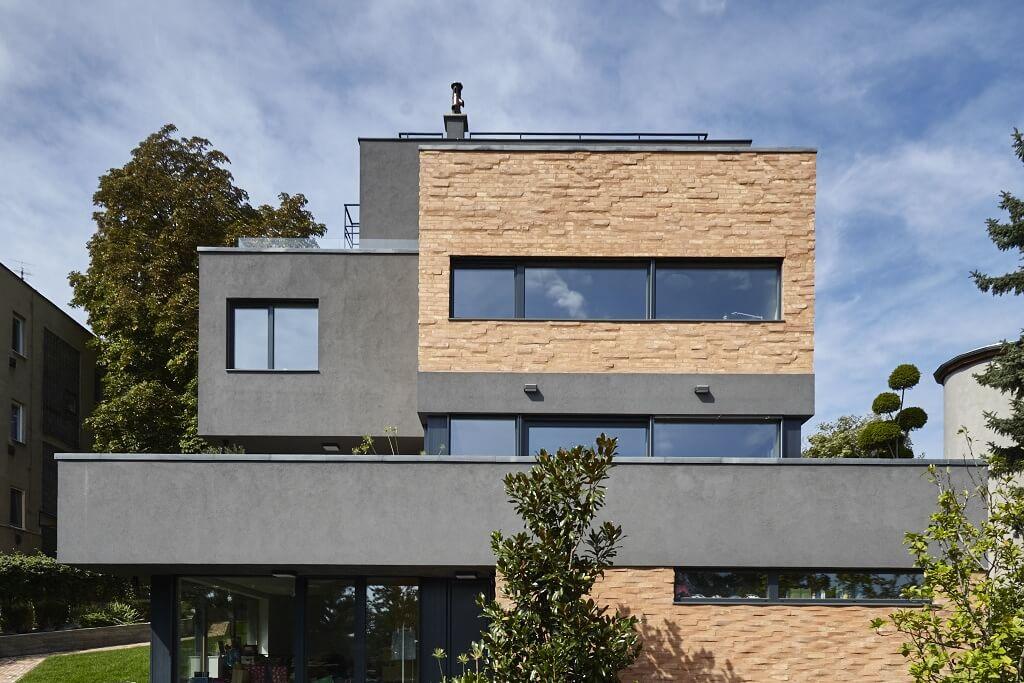 Az emeleti széles ablakok fixek, míg a kisebbek nyithatóak