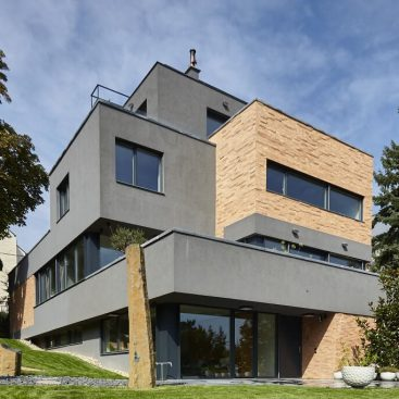 Modern családi ház Internorm fa/alu ablakokkal