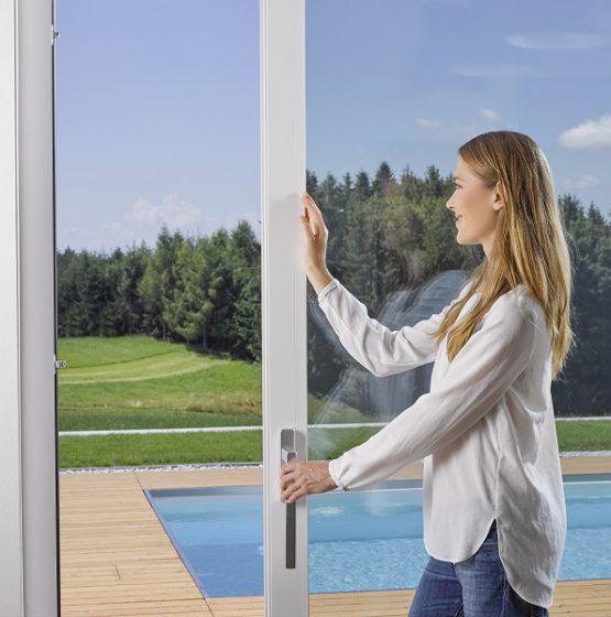 Az emelő-toló ajtó könnyen kezelhető