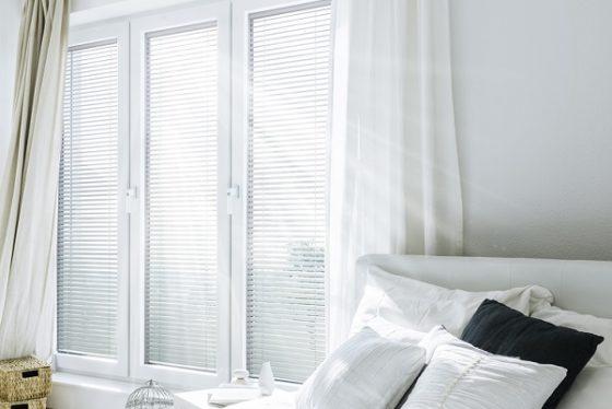 Hálószoba beépített árnyékolós ablakkal