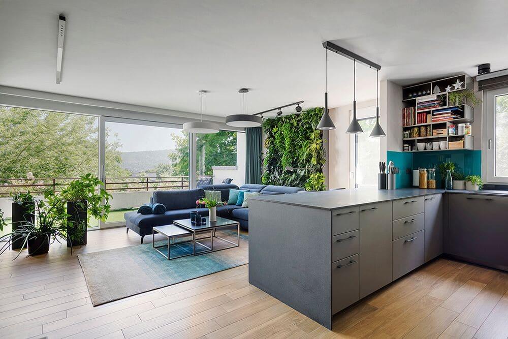 Összenyitott konyha és nappali nagy üvegfelülettel