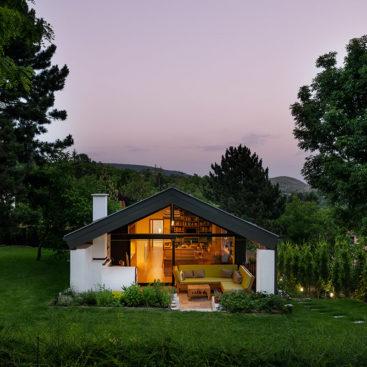 Internorm tolóajtó és fix üvegezés egy ház homlokzatán
